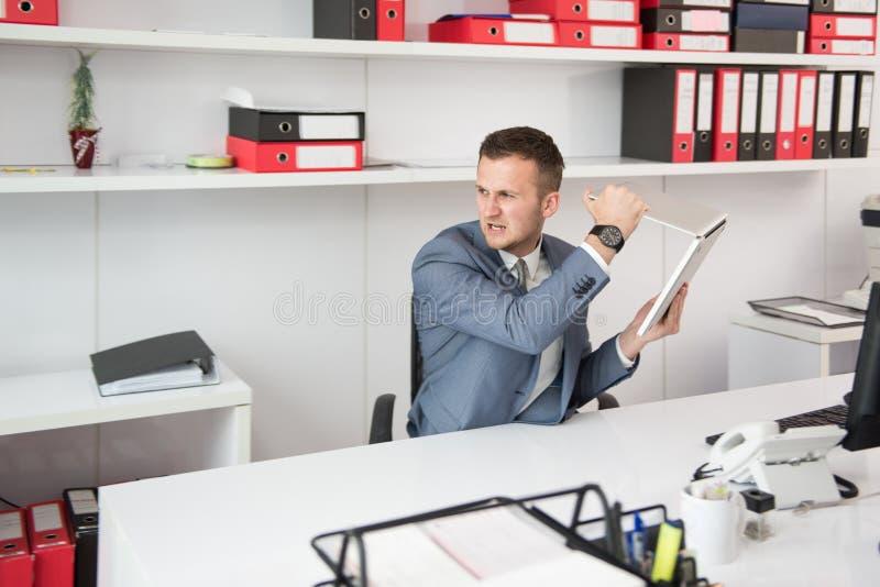 0 επιχειρηματίας που ρίχνει το lap-top του στοκ φωτογραφία