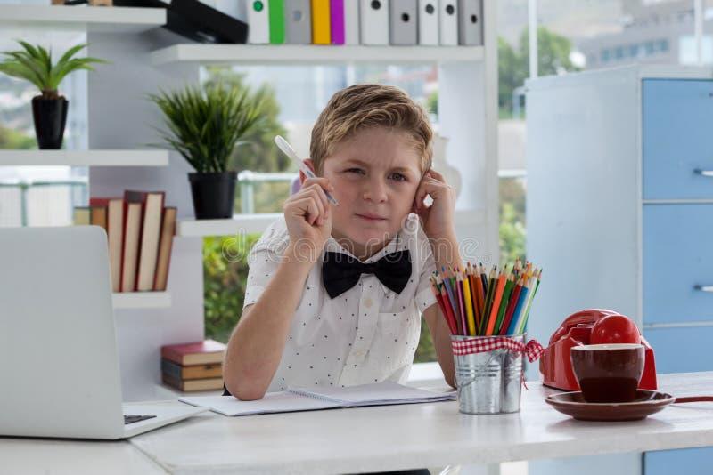 Επιχειρηματίας που σκέφτεται κάνοντας την έκθεση από το lap-top στο γραφείο στοκ φωτογραφία με δικαίωμα ελεύθερης χρήσης