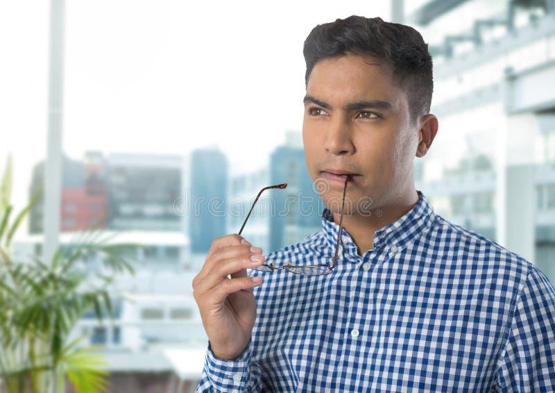 Επιχειρηματίας που σκέφτεται και που συγκεντρώνεται στην αρχή στοκ φωτογραφία