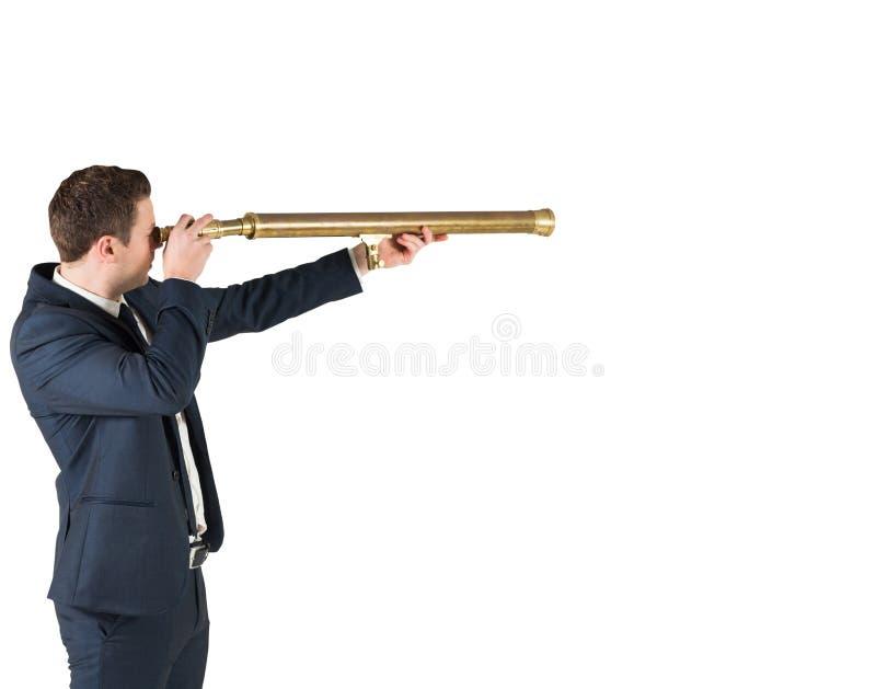 Επιχειρηματίας που στέκεται και που κοιτάζει μέσω του τηλεσκοπίου στοκ φωτογραφία με δικαίωμα ελεύθερης χρήσης