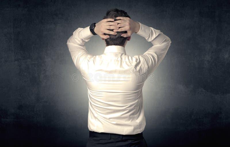 Επιχειρηματίας που στέκεται και που σκέφτεται στοκ εικόνες