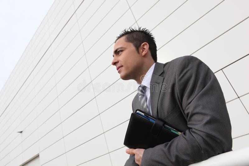 Επιχειρηματίας που στέκεται κρατώντας το ημερολόγιο στοκ φωτογραφίες με δικαίωμα ελεύθερης χρήσης