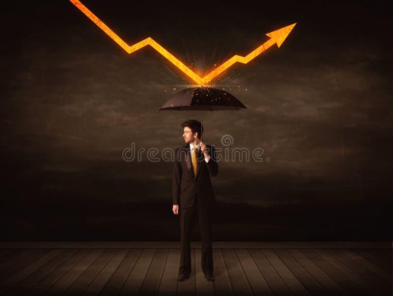 Επιχειρηματίας που στέκεται με την ομπρέλα που κρατά το πορτοκαλί βέλος στοκ εικόνες