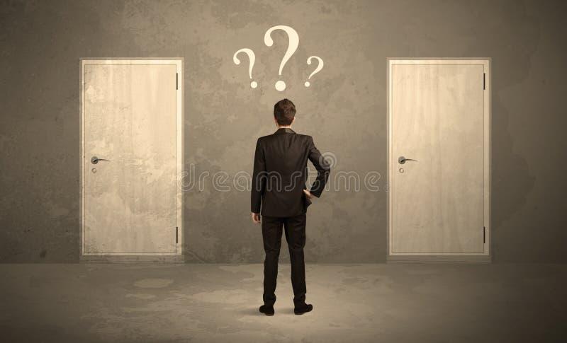 Επιχειρηματίας που στέκεται μπροστά από τις πόρτες στοκ εικόνα