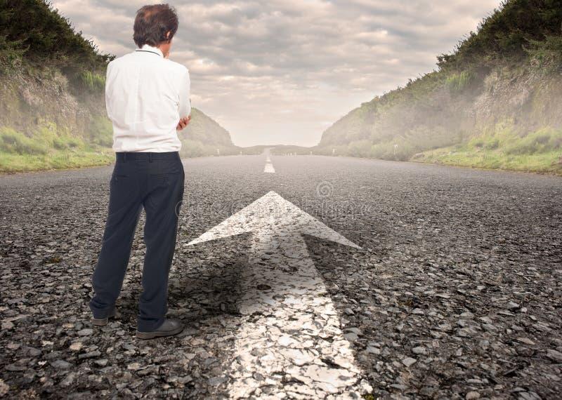 Επιχειρηματίας που στέκεται σε έναν δρόμο στοκ εικόνες
