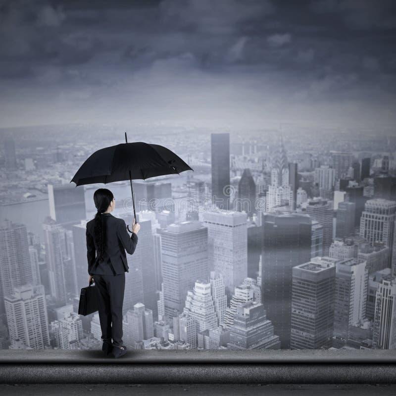 Επιχειρηματίας που στέκεται στην κορυφή του ουρανοξύστη στοκ φωτογραφία με δικαίωμα ελεύθερης χρήσης