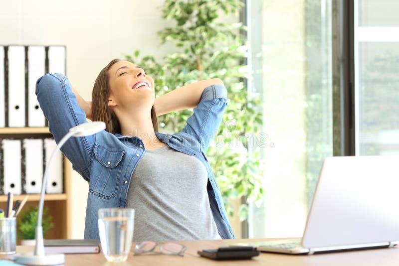 Επιχειρηματίας που στηρίζεται στο γραφείο στοκ φωτογραφίες με δικαίωμα ελεύθερης χρήσης