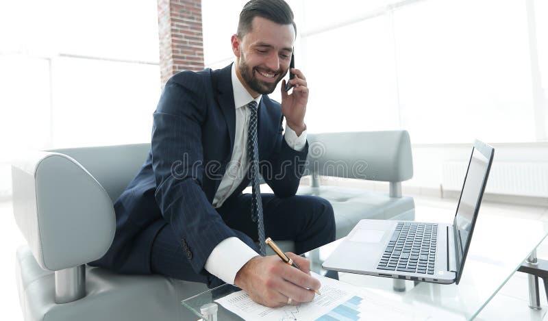 Επιχειρηματίας που συζητά σε ένα smartphone, επιχειρησιακά ζητήματα στοκ εικόνα με δικαίωμα ελεύθερης χρήσης