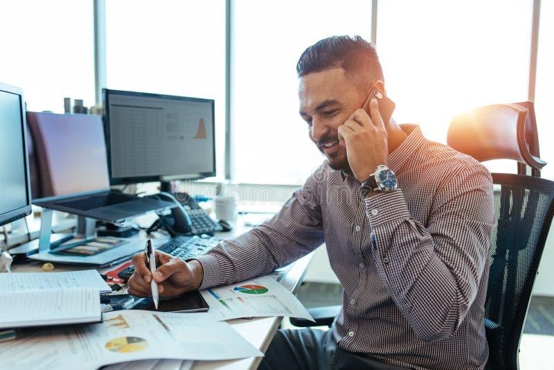 Επιχειρηματίας που συζητά την εργασία πέρα από την κινητή τηλεφωνική συνεδρίαση σε δικοί του στοκ φωτογραφία με δικαίωμα ελεύθερης χρήσης
