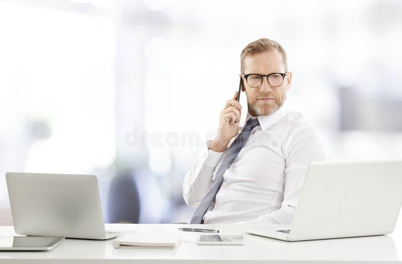Επιχειρηματίας που συμβουλεύεται για το κινητό τηλέφωνο με τον πελάτη του στοκ φωτογραφίες με δικαίωμα ελεύθερης χρήσης