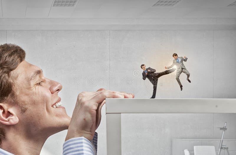 Επιχειρηματίας που τιτιβίζει από κάτω από τον πίνακα στοκ εικόνα με δικαίωμα ελεύθερης χρήσης