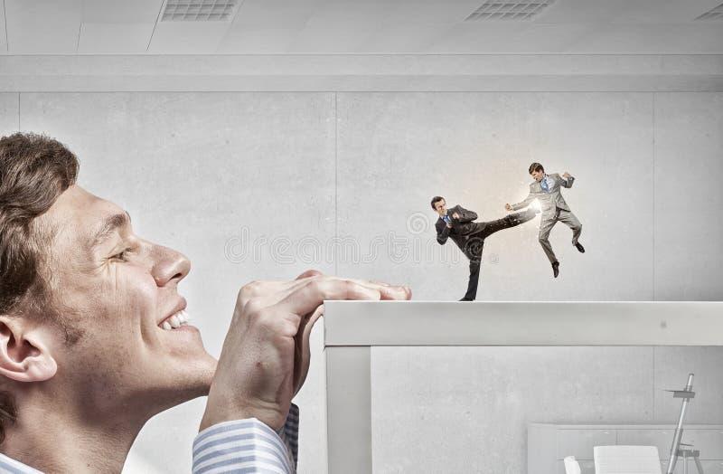 Επιχειρηματίας που τιτιβίζει από κάτω από τον πίνακα στοκ φωτογραφία με δικαίωμα ελεύθερης χρήσης