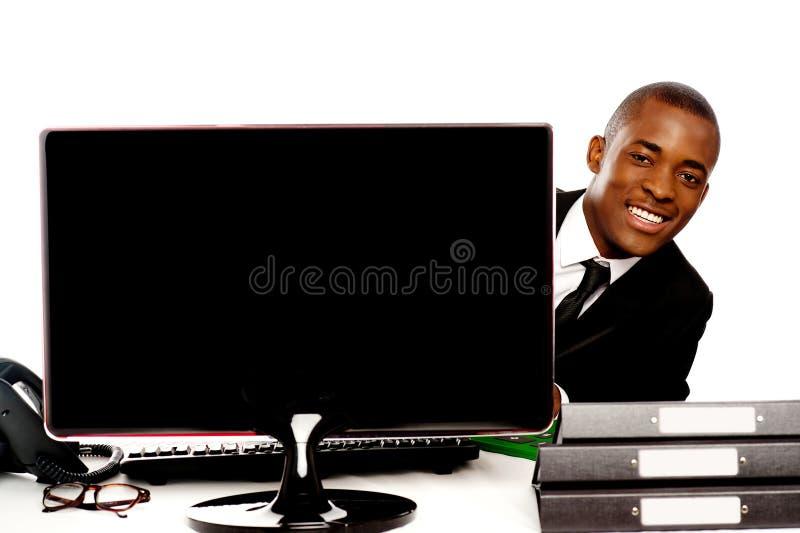 Επιχειρηματίας που τιτιβίζει από τον πίσω μηνύτορα LCD στοκ φωτογραφίες με δικαίωμα ελεύθερης χρήσης