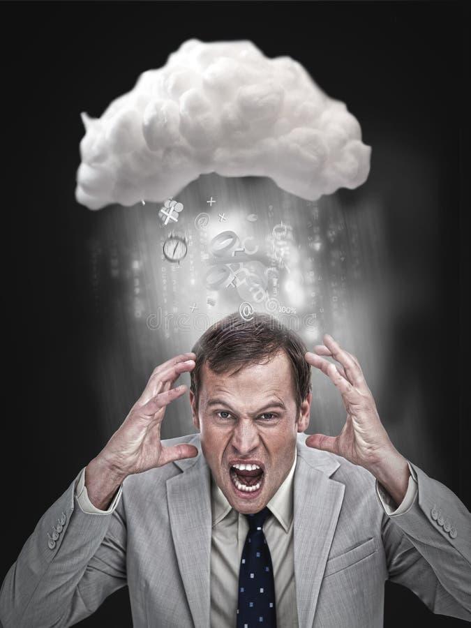 Επιχειρηματίας που τονίζει έξω κάτω από ένα σύννεφο στοκ φωτογραφία