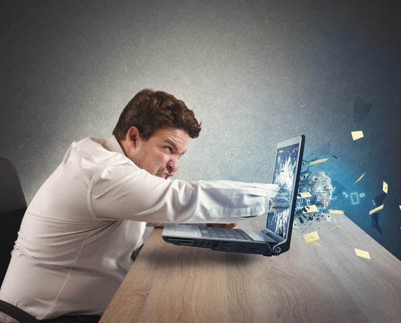Επιχειρηματίας που τονίζεται έξω από την εργασία στοκ φωτογραφία με δικαίωμα ελεύθερης χρήσης