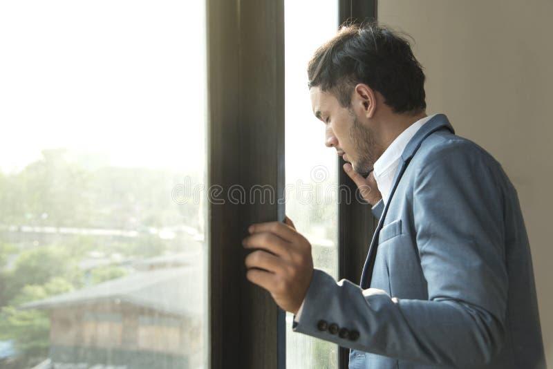 Επιχειρηματίας που τονίζεται και δυστυχισμένος για την εργασία στο γραφείο στοκ φωτογραφία με δικαίωμα ελεύθερης χρήσης