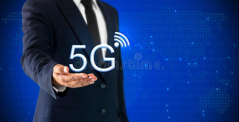 Επιχειρηματίας που το κινητό ραδιόφωνο Διαδικτύου δικτύων 5G που αντιπροσωπεύει την έννοια της μεγάλης χωρητικότητας τεχνικής μετ στοκ φωτογραφία με δικαίωμα ελεύθερης χρήσης