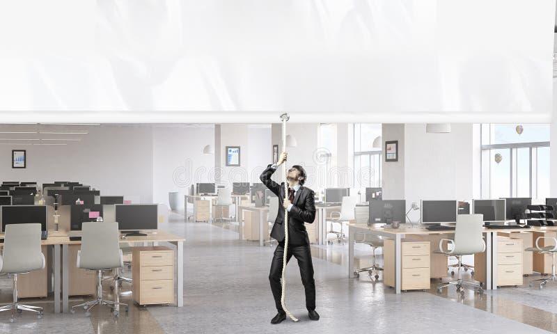 Επιχειρηματίας που τραβά το έμβλημα Μικτά μέσα στοκ εικόνες με δικαίωμα ελεύθερης χρήσης