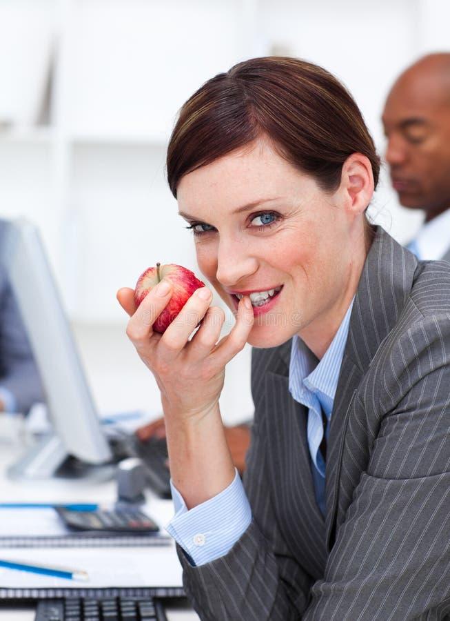 επιχειρηματίας που τρώε&iota στοκ εικόνα