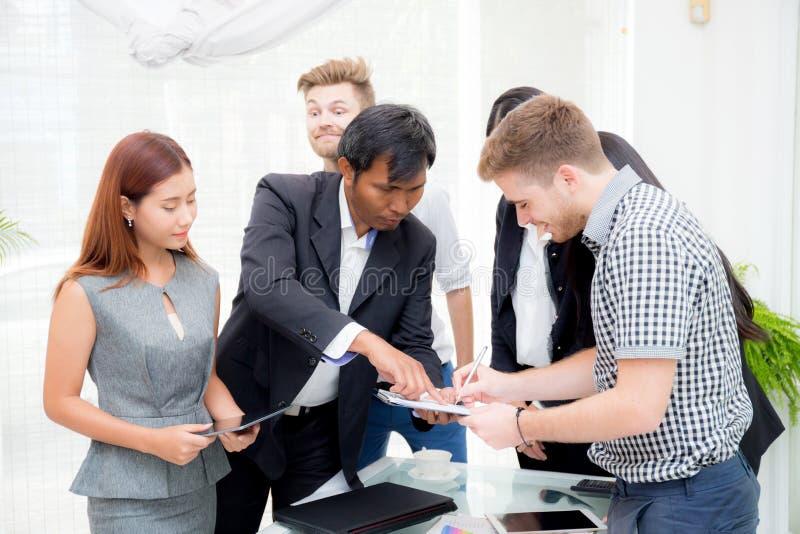επιχειρηματίας που υπογράφει ένα έγγραφο στο γραφείο στην αίθουσα συνεδριάσεων στοκ εικόνες με δικαίωμα ελεύθερης χρήσης