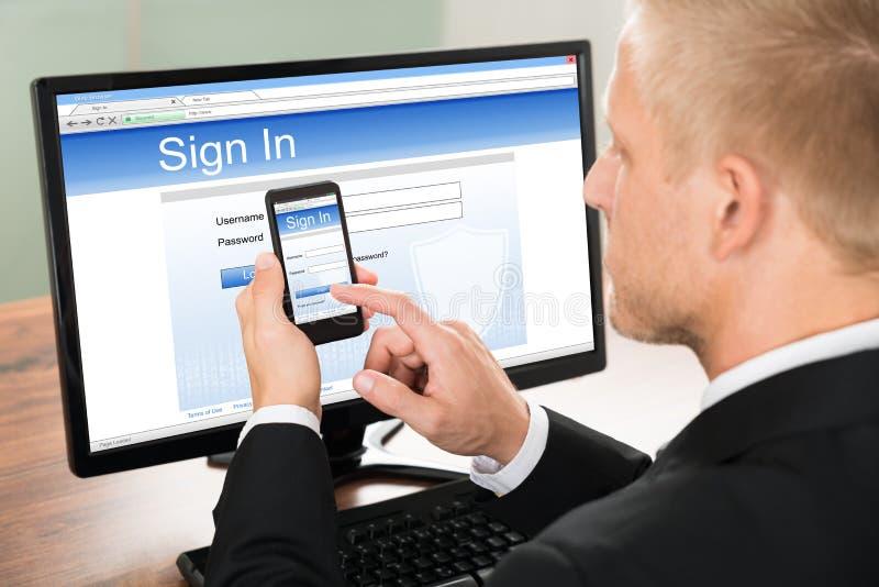 Επιχειρηματίας που υπογράφει στον απολογισμό ηλεκτρονικού ταχυδρομείου στοκ φωτογραφία με δικαίωμα ελεύθερης χρήσης