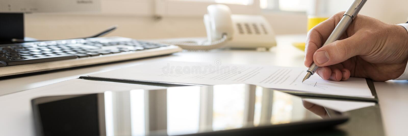 Επιχειρηματίας που υπογράφει τη σύμβαση κατά μια ευρεία άποψη πανοράματος στοκ φωτογραφίες