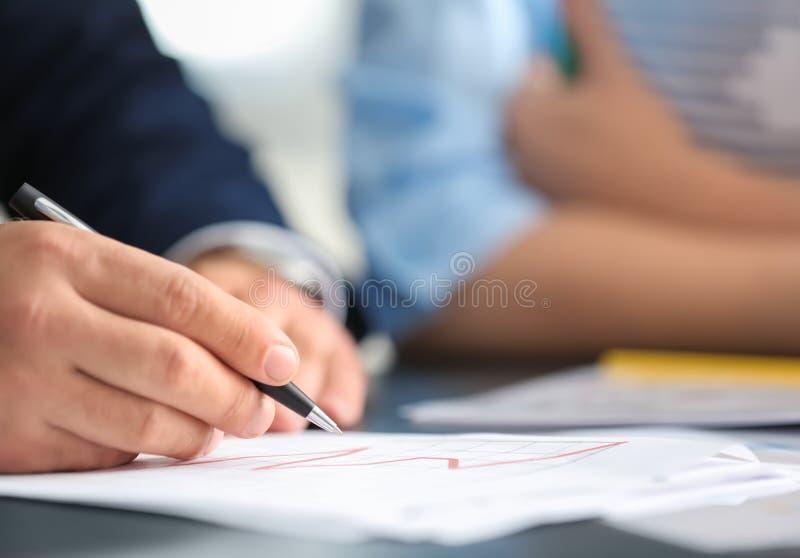 Επιχειρηματίας που υπογράφει το έγγραφο στοκ φωτογραφίες