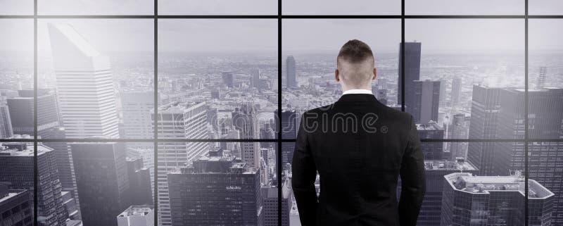 Επιχειρηματίας που φαίνεται έξω το παράθυρο στοκ φωτογραφίες