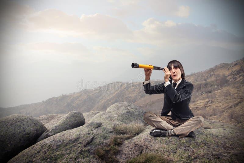 Επιχειρηματίας που φαίνεται μέσω διόπτρες στοκ φωτογραφίες