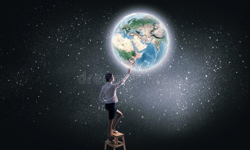 Επιχειρηματίας που φθάνει στον πλανήτη στον ουρανό στοκ φωτογραφίες με δικαίωμα ελεύθερης χρήσης