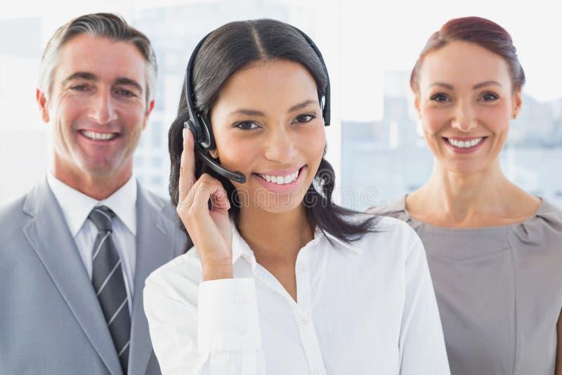 Επιχειρηματίας που φορά μια κάσκα εργασίας στοκ εικόνες
