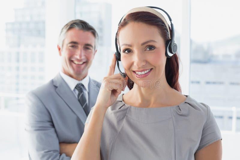 Επιχειρηματίας που φορά μια κάσκα εργασίας στοκ εικόνα