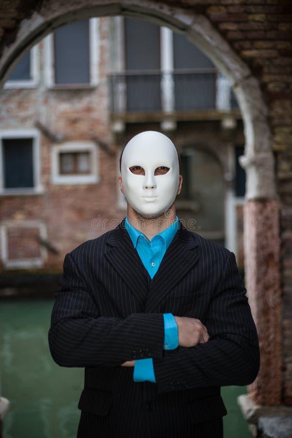Επιχειρηματίας που φορά τη μάσκα στοκ εικόνα