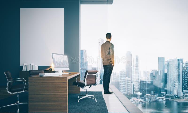 Επιχειρηματίας που φορά το σύγχρονο κοστούμι και που εξετάζει στοκ εικόνα με δικαίωμα ελεύθερης χρήσης