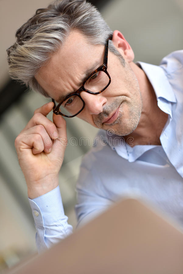 Επιχειρηματίας που φορά eyeglasses στοκ εικόνα με δικαίωμα ελεύθερης χρήσης
