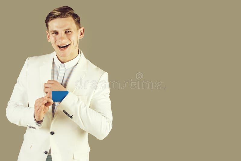 Επιχειρηματίας που χαμογελά στο άσπρα σακάκι και το πουκάμισο στοκ φωτογραφίες με δικαίωμα ελεύθερης χρήσης