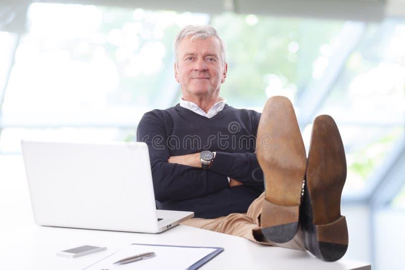 επιχειρηματίας που χαλ&alph στοκ εικόνα με δικαίωμα ελεύθερης χρήσης