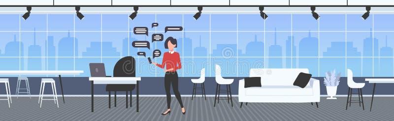 Επιχειρηματίας που χρησιμοποιεί εφαρμογή smartphone online chatting app social network, ιδέα επικοινωνίας με φούσκα ομιλίας, σύγχ ελεύθερη απεικόνιση δικαιώματος