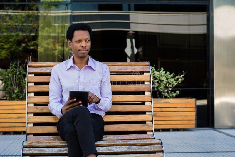 Επιχειρηματίας που χρησιμοποιεί μια ψηφιακή ταμπλέτα στοκ εικόνα