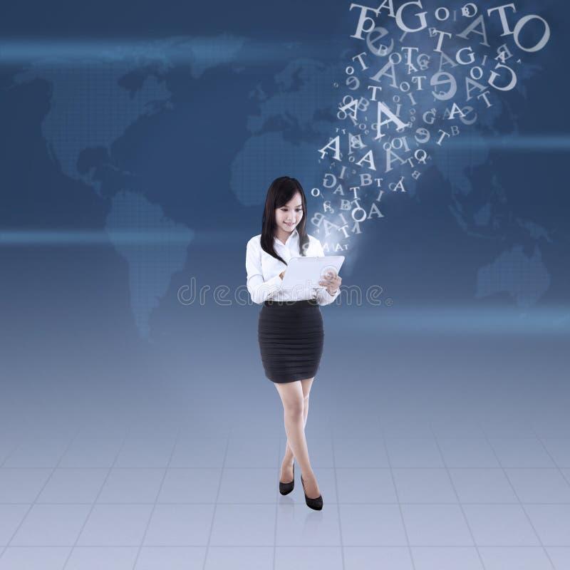 Η επιχειρηματίας στέλνει το ηλεκτρονικό ταχυδρομείο συνολικά ελεύθερη απεικόνιση δικαιώματος