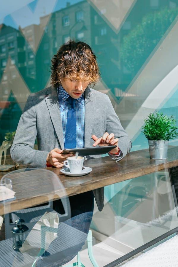 Επιχειρηματίας που χρησιμοποιεί την ταμπλέτα του στοκ εικόνες