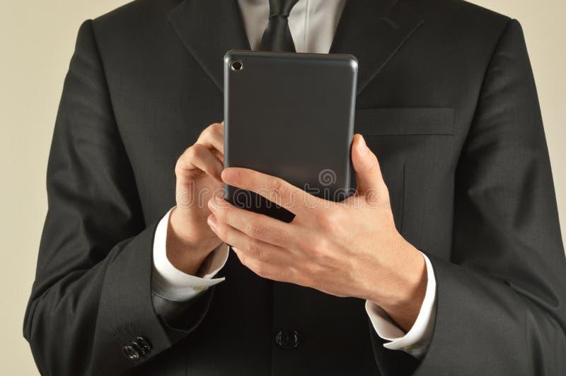 Επιχειρηματίας που χρησιμοποιεί την ψηφιακή ταμπλέτα στοκ εικόνες