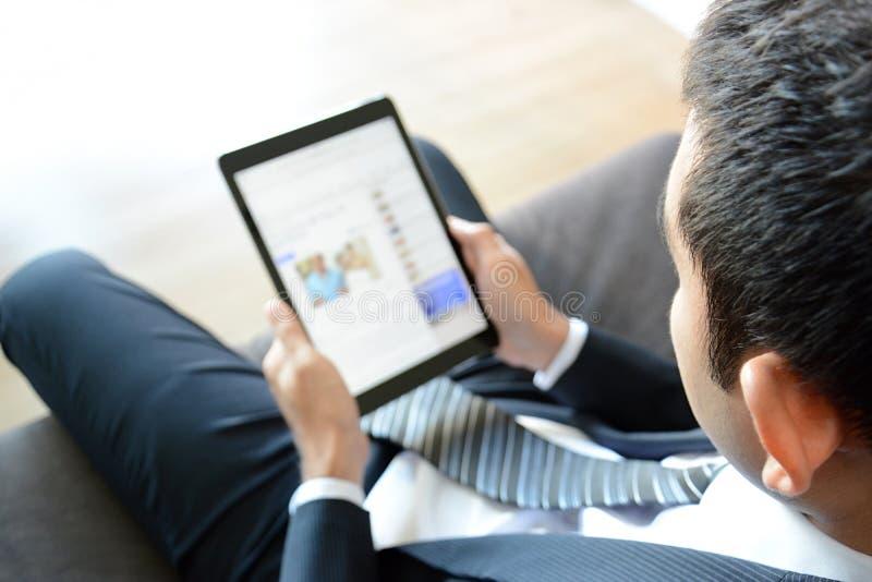 Επιχειρηματίας που χρησιμοποιεί τον υπολογιστή ταμπλετών στοκ εικόνα