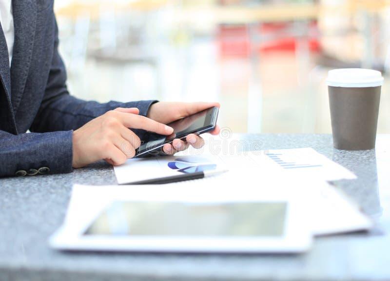 Επιχειρηματίας που χρησιμοποιεί τον ψηφιακό υπολογιστή ταμπλετών στοκ φωτογραφία