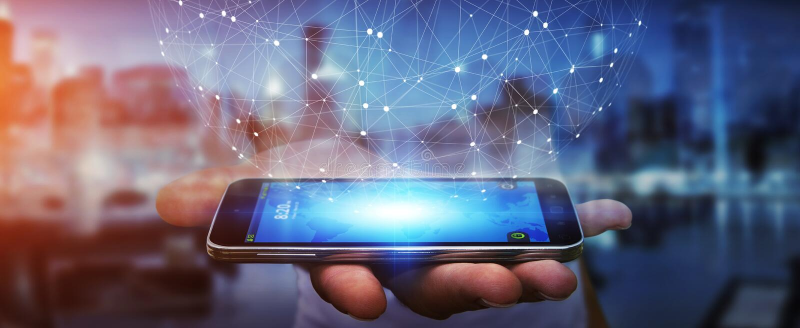 Επιχειρηματίας που χρησιμοποιεί το δίκτυο δεδομένων με το κινητό τηλέφωνό του ελεύθερη απεικόνιση δικαιώματος