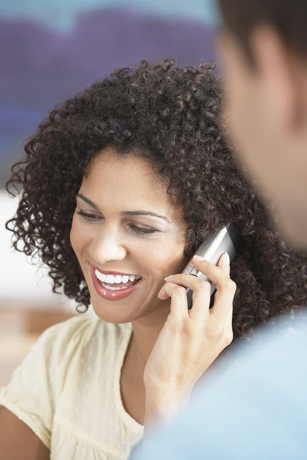 Επιχειρηματίας που χρησιμοποιεί το κινητό τηλέφωνο στη συνεδρίαση στοκ φωτογραφία
