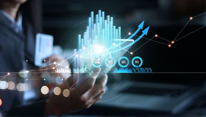 Επιχειρηματίας που χρησιμοποιεί το κινητό smartphone που αναλύει τα στοιχεία πωλήσεων και το διάγραμμα γραφικών παραστάσεων επιχε απεικόνιση αποθεμάτων