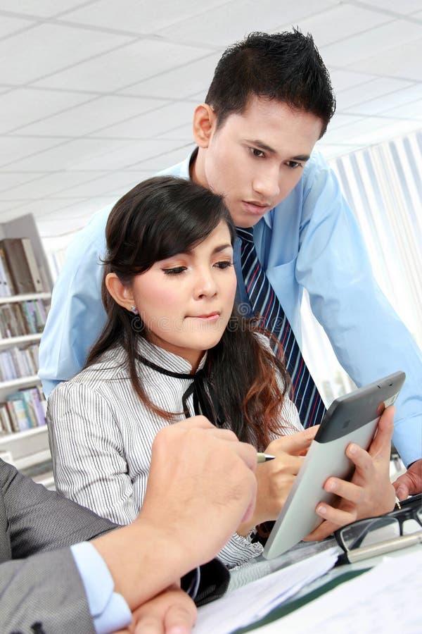 Επιχειρηματίας που χρησιμοποιεί το PC ταμπλετών συνανμένος στοκ εικόνα με δικαίωμα ελεύθερης χρήσης