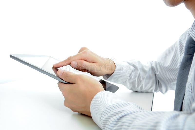 Επιχειρηματίας που χρησιμοποιεί το PC ταμπλετών στον πίνακα στοκ φωτογραφία