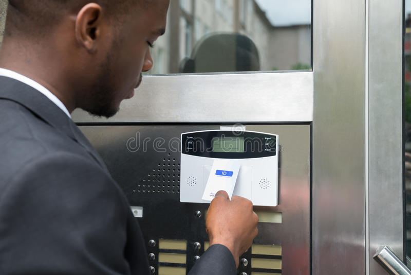 Επιχειρηματίας που χρησιμοποιεί Keycard στη ανοιχτή πόρτα στοκ φωτογραφία με δικαίωμα ελεύθερης χρήσης